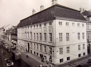 Residence on the corner of Bredgade (to the left) and St Anna Plads (to the right), 1951.