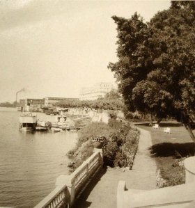 The garden reached to the river until the Corniche road was built in the early 1950s.