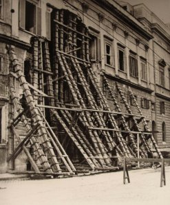 Shoring up the centre of the Via XX Settembre facade, 1946.
