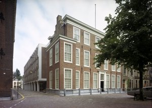 The offices at 10 Lange Voorhout, with completed extension running back down Kleine Kazernstraat, 1969